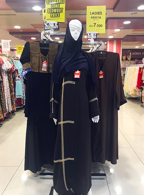 Вот так выглядит традиционная женская одежда. Бюджетная абайя обойдется в 7,5 OMR (1488<span class=ruble>Р</span>)