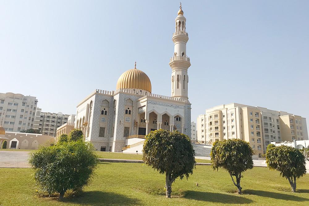 Пять раз в день с вершины минарета — это башенка, возвышающаяся над основным зданием мечети — специальный человек, муэдзин, призывает всех правоверных мусульман совершить очередную молитву во славу Аллаха — намаз