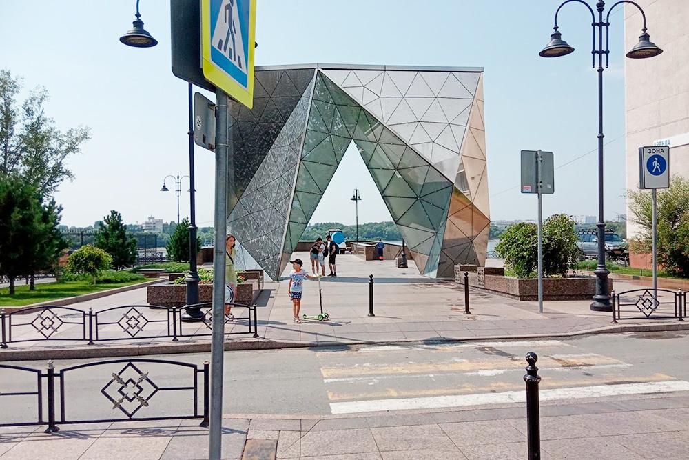 Самый крупный кристалл — фонтан на смотровой площадке на берегу Иртыша