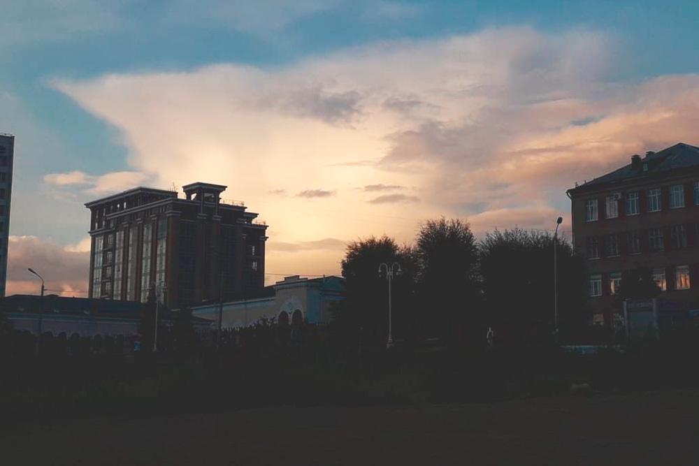 Смотреть назакаты надо сИртышской набережной— тогда видно, как солнце подсвечивает облака