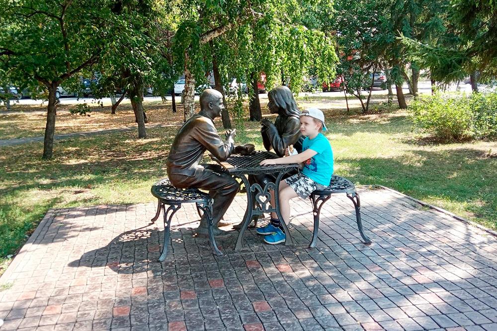 Скульптура «Влюбленные». Вовремя моей прогулки помаршруту туристы спрашивали, как еенайти