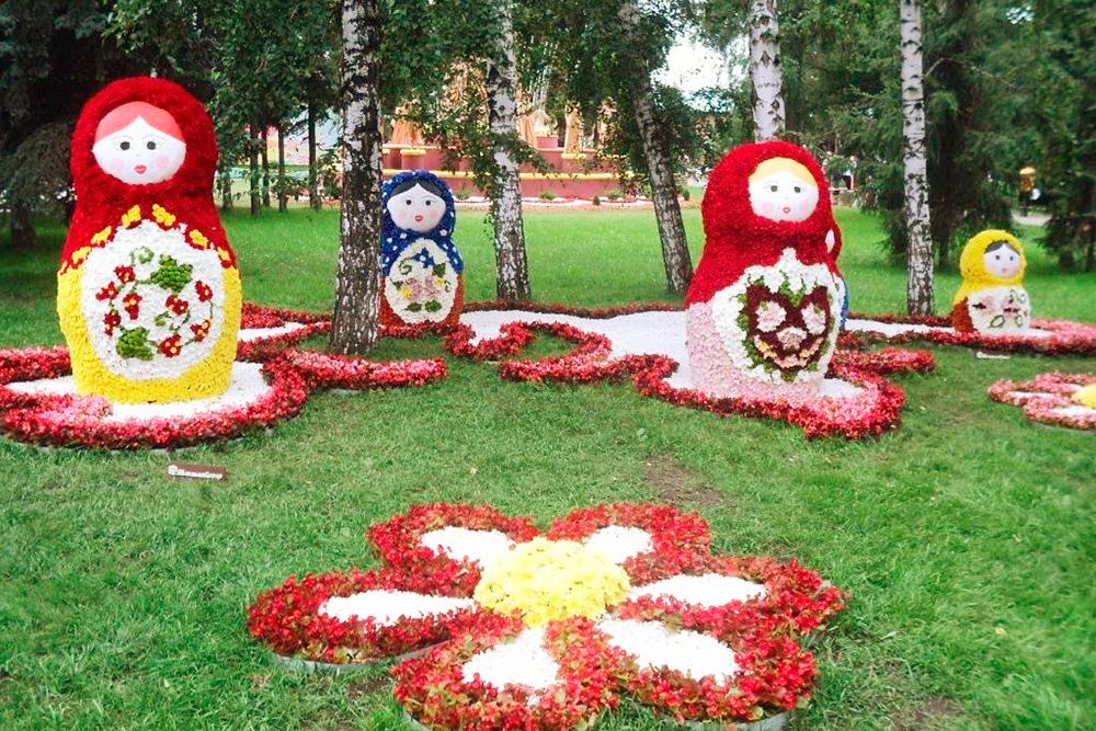 В дни «Флоры» территорию сквера занимают скульптуры и композиции из цветов и растений. Это традиционная часть праздничной программы ко Дню города