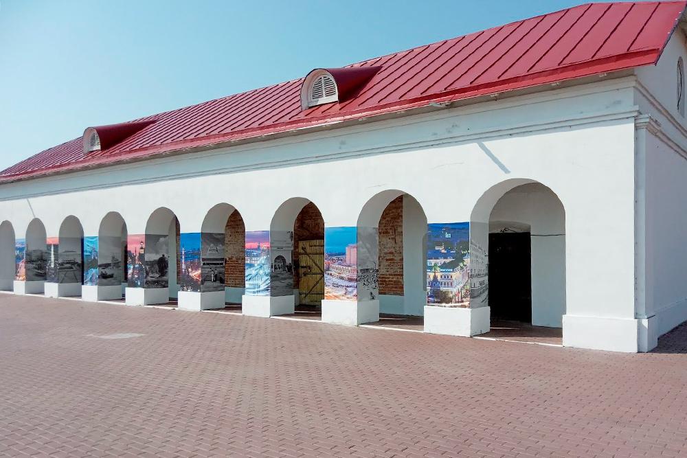 Еще натерритории бывшей крепости есть денежная кладовая. Еепостроили встиле русских палат, сарками