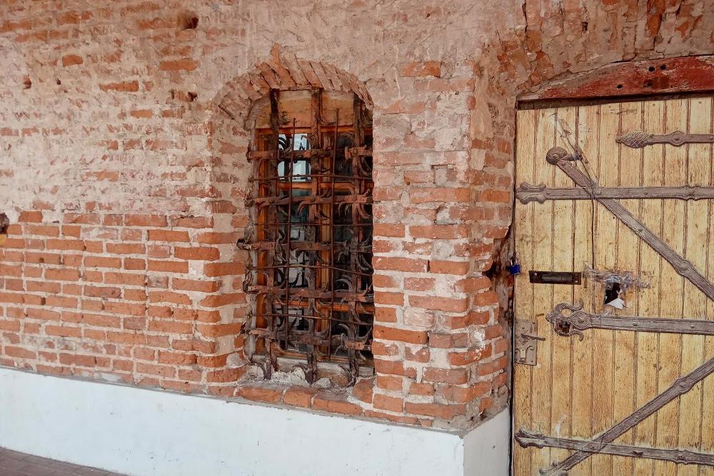 Наокнах сохранились старые решетки. Двери тоже старинные