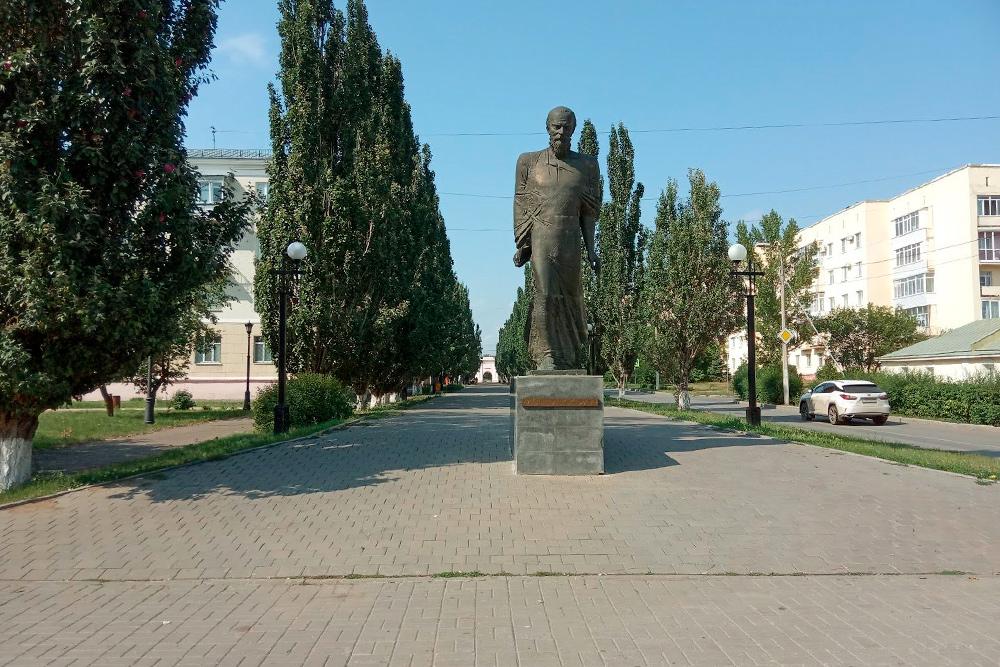 Памятник Достоевскому— культовое место. Незнаю ниодного омича, укоторого небылобы фотографии отсюда