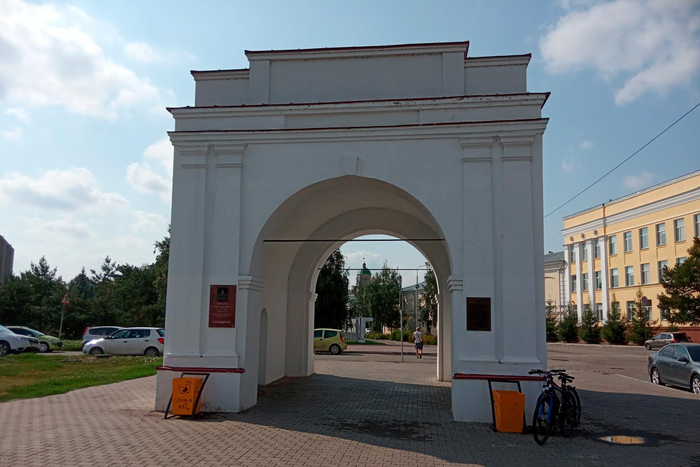 Омские ворота разобрали в1936году, ав2010—2011 годах восстановили