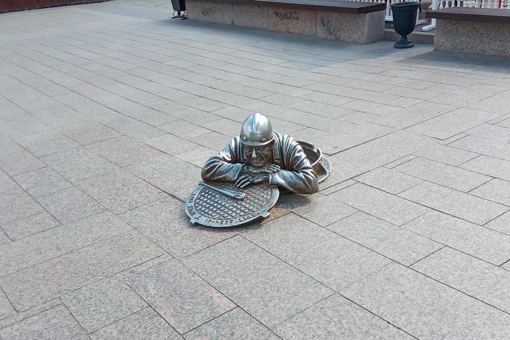 Сантехник Степаныч появился в1998году. Онбыл первым среди подобных скульптур, если несчитать оленя, который стоит ссоветских времен