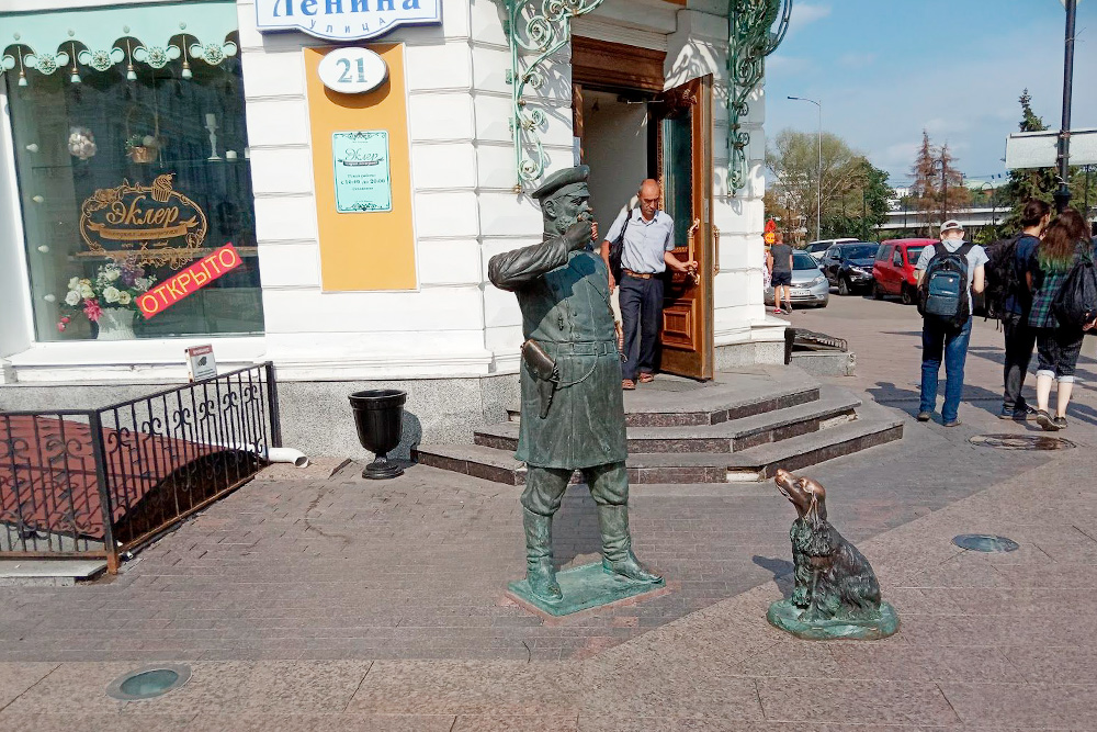 Памятник городовому появился в2011году. В19веке городовые следили запорядком вроссийских городах. В2019году кскульптуре приставили бронзовую собаку-охранника
