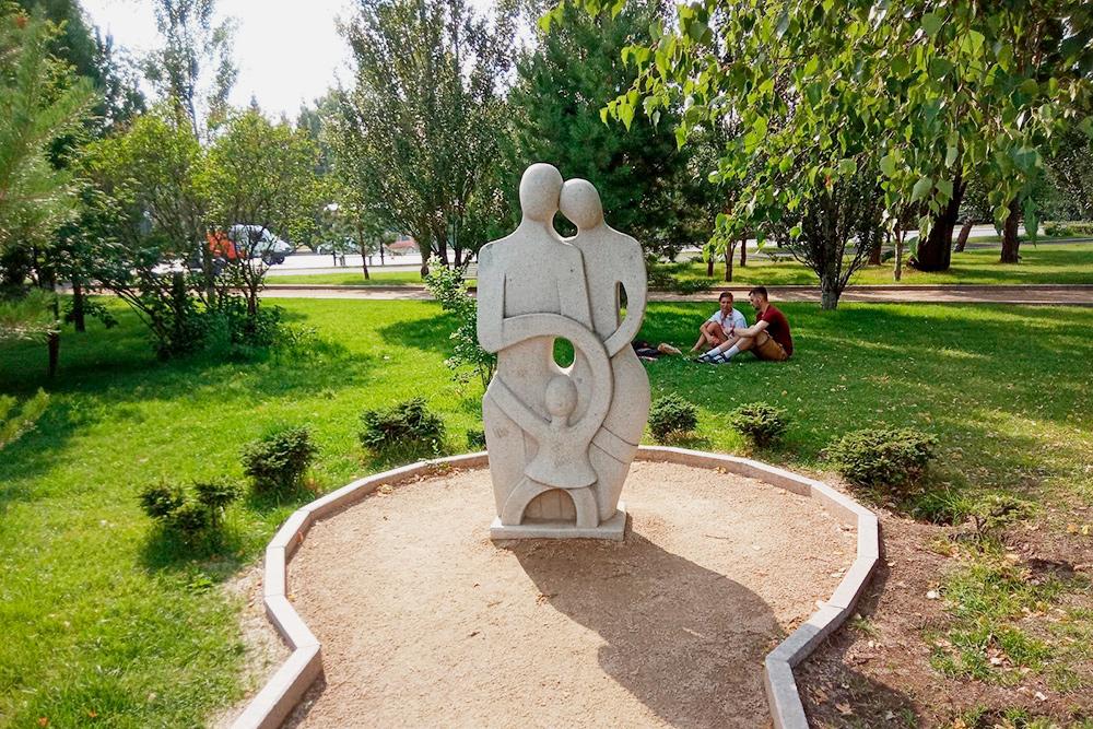 Скульптура «Семья» всквере имени Дзержинского. Онначинается сразу заЛюбинским проспектом. Всквере все скульптуры втаком стиле, анагазонах— крупные камни такогоже цвета