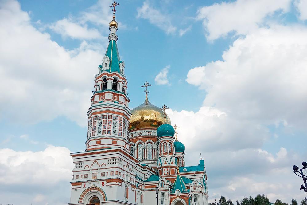 Когда Успенский собор восстановили, на площади еще был памятник Ленину, который стал указывать на вход в храм