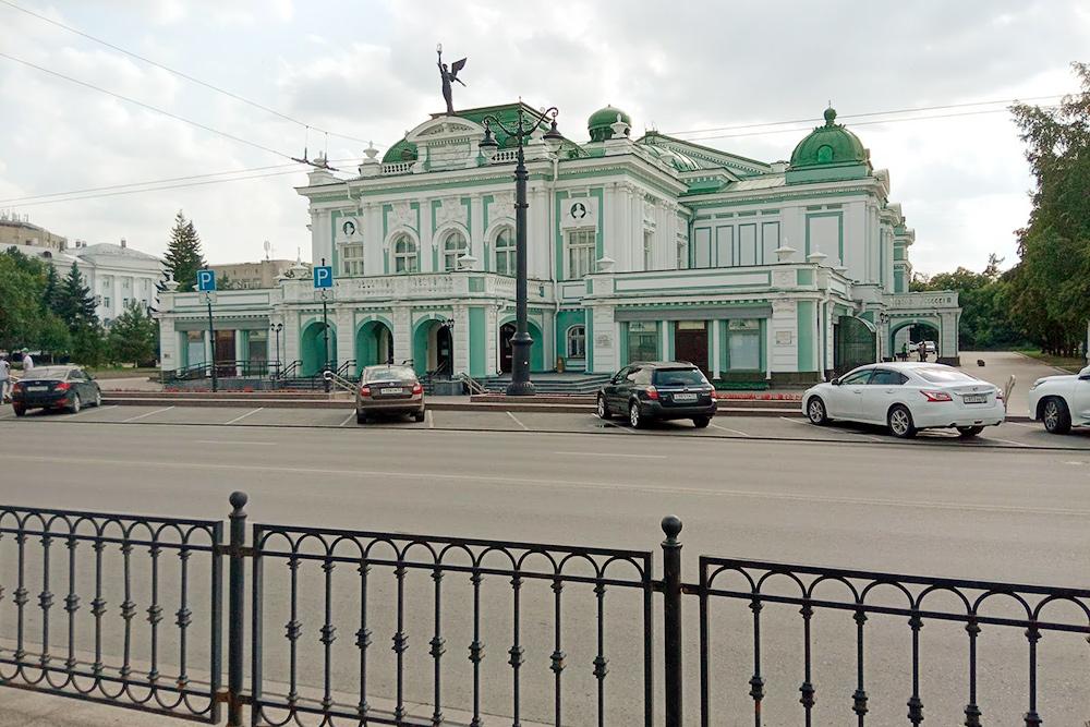 Наш маршрут проходит мимо Омского театра драмы