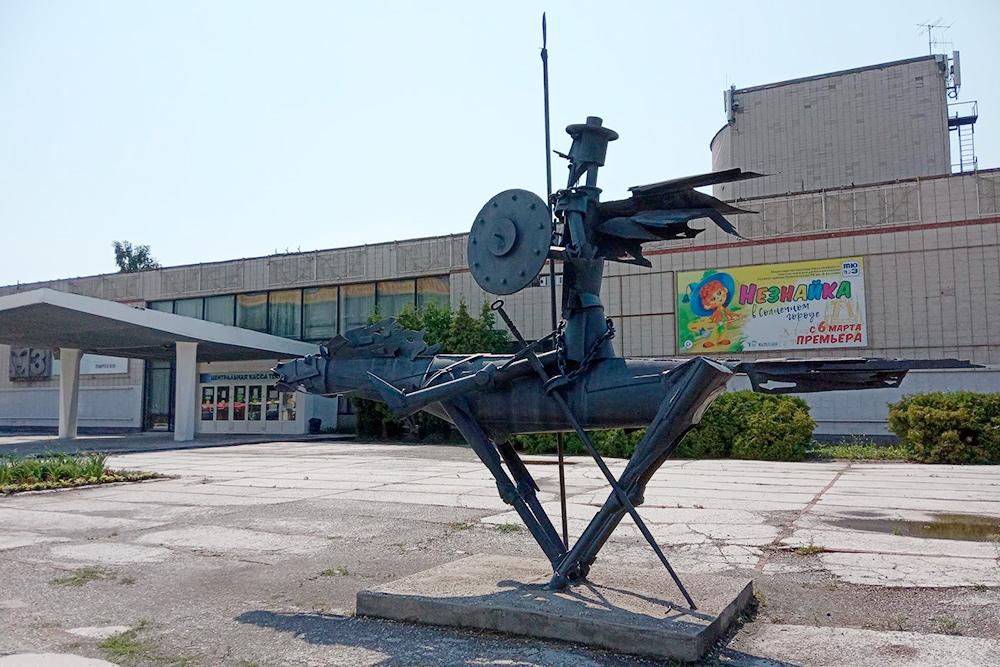 Возле ТЮЗа стоит скульптура «Дон Кихот»— еще один небольшой металлический памятник намоем маршруте