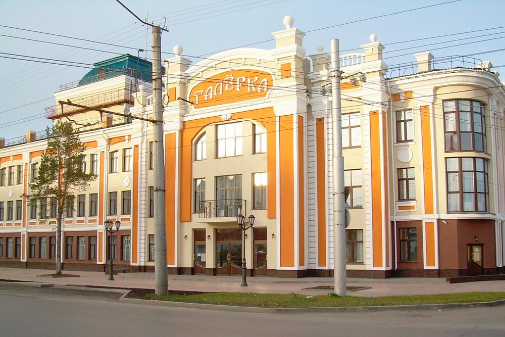 Еще один театр— «Галерка»— находится далеко отцентра. Там ставят спектакли попьесам российских драматургов: классиков исовременных. Мне понравилось «Прощание виюне» поВампилову