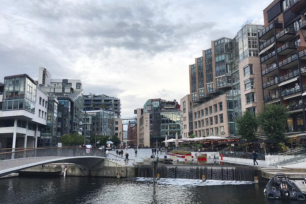 Тьювхолмен считается самым модным районом Осло. Я бы назвала его «песнь стекла и бетона»