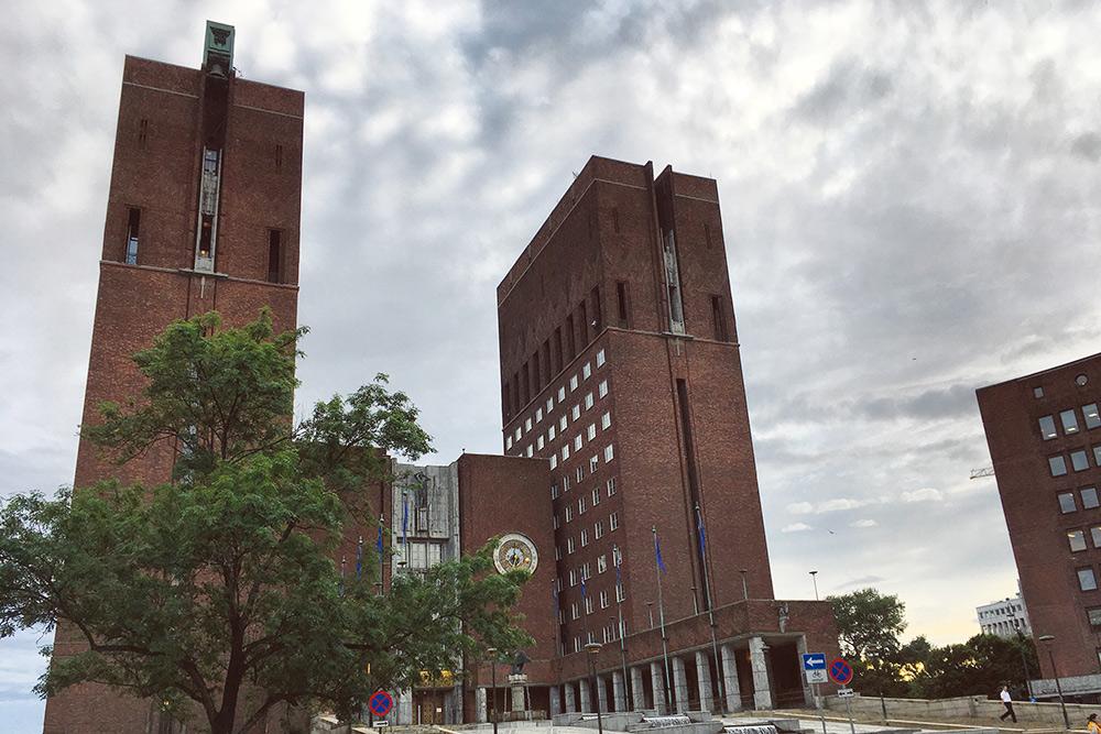 Позеленевшая конструкция на левой башне — карильон, который звонит каждый час