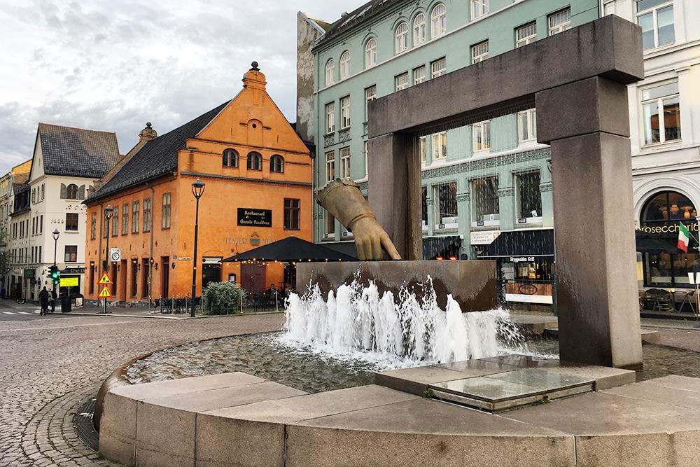 Оранжевое здание — старая ратуша. Ее можно увидеть по пути к следующей точке маршрута — оперному театру