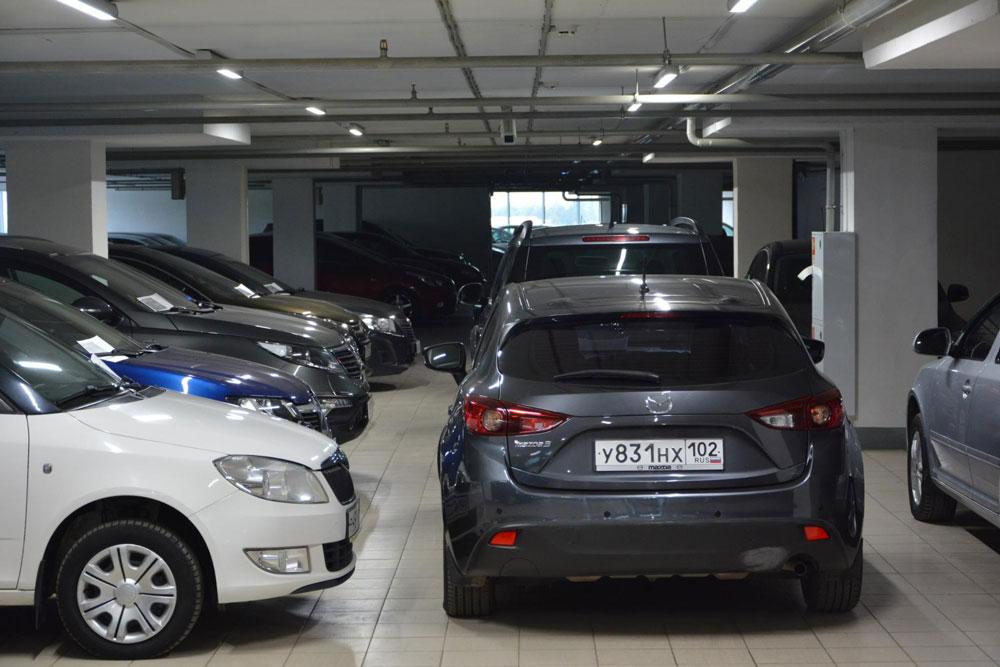 Если машина стоит на тесной и темной парковке, попросите продавца переставить ее в просторное и хорошо освещенное место. Если осматривать на парковке вроде той, что на фото, легко упустить дефекты