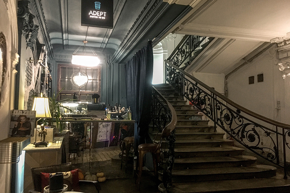 На первом этаже работает только кофейня навынос, все заведения расположены на втором и третьем этажах
