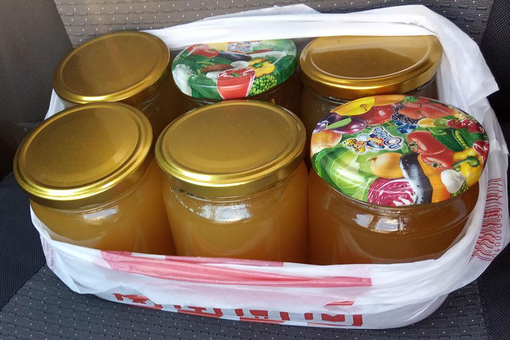 Отвез мед покупателю