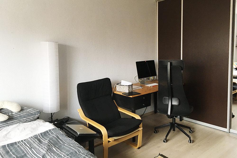 После заселения мы сделали в комнате небольшую рабочую зону
