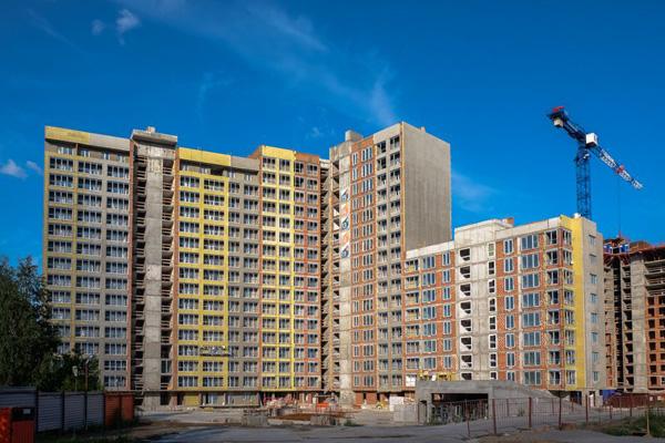 Июнь 2015, квартал «Панорама» в Новосибирске. Частично утеплили фасад. Утеплитель — желтого цвета