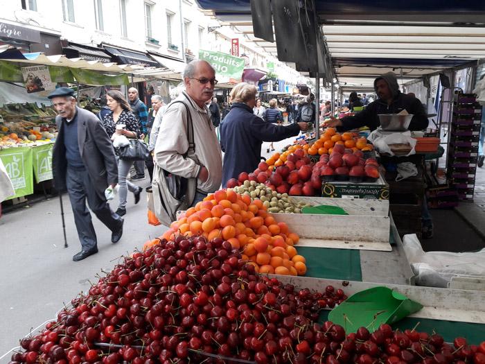 Фруктово-овощной рынок на площади Алигр