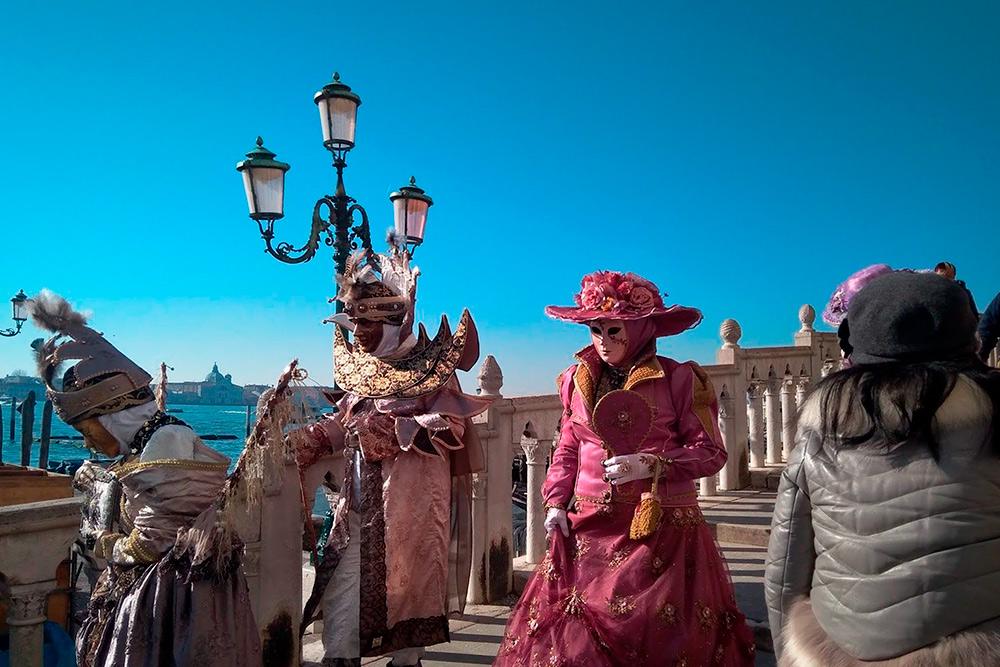 Больше всего прохожих в причудливых костюмах можно встретить в центре города: вокруг площади Сан-Марко и на набережной