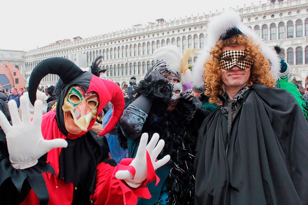 Если костюма нет, можно наспех прикупить в сувенирной лавке плащ, маску, парик — и готово. Все вместе обойдется примерно в 15—20€
