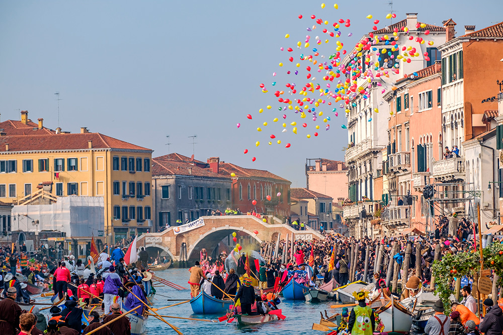 Официальное открытие карнавала — шествие гондол. Фото: Gentian Polovina / Shutterstock