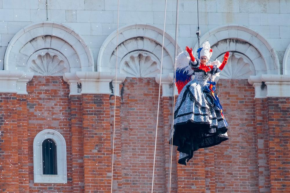 В конце карнавала зрительское жюри выбирает девушку, которая в следующем году будет спускаться с колокольни в образе ангела. Фото: Lois GoBe / Shutterstock