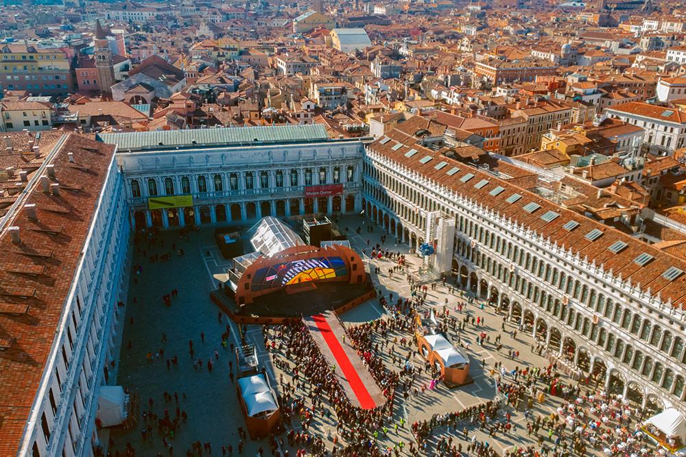 Так выглядит Венеция и площадь Сан-Марко с колокольни, откуда спускается ангел. В обычные дни сюда можно подняться, купив билет. Фото: Bestravelvideo / Shutterstock