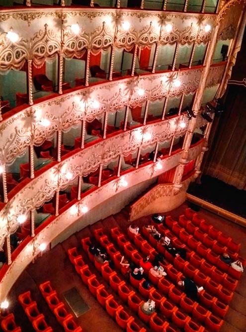 Драматический театр Карло Гольдони часто продает билеты со скидками, особенно длямолодежи до 26 лет