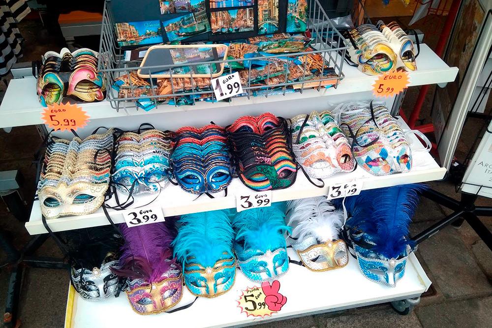 Полумаски из Китая стоят от 4€ и продаются на каждом углу