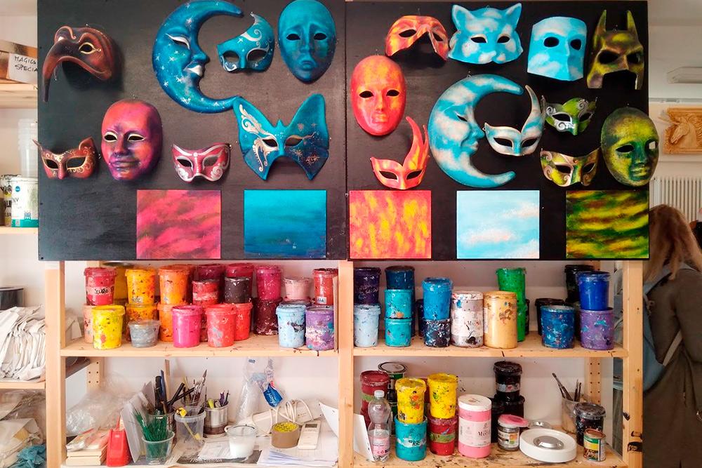 На мастер-классе по созданию венецианской маски художники рассказывали об истории ее появления и перед публикой расписывали три маски в разных техниках