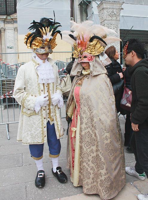 Большинство масок действительно скрывают лицо, а костюм иногда прячет фигуру, так что узнать нарядившегося не могут даже знакомые