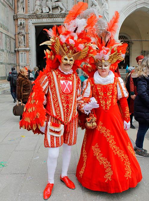 Стиль костюмов отличается пестротой и пышностью и всегда связан с образами средневековой, ренессансной или барочной Италии, венецианской комедией дельарте и придворной европейской модой