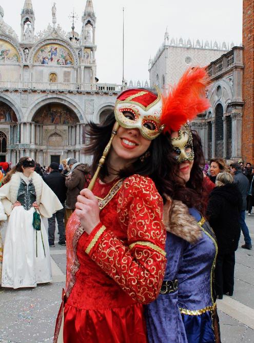 Большая часть карнавала — это круглосуточный смотр масок. Больше всего ряженых на площади Сан-Марко