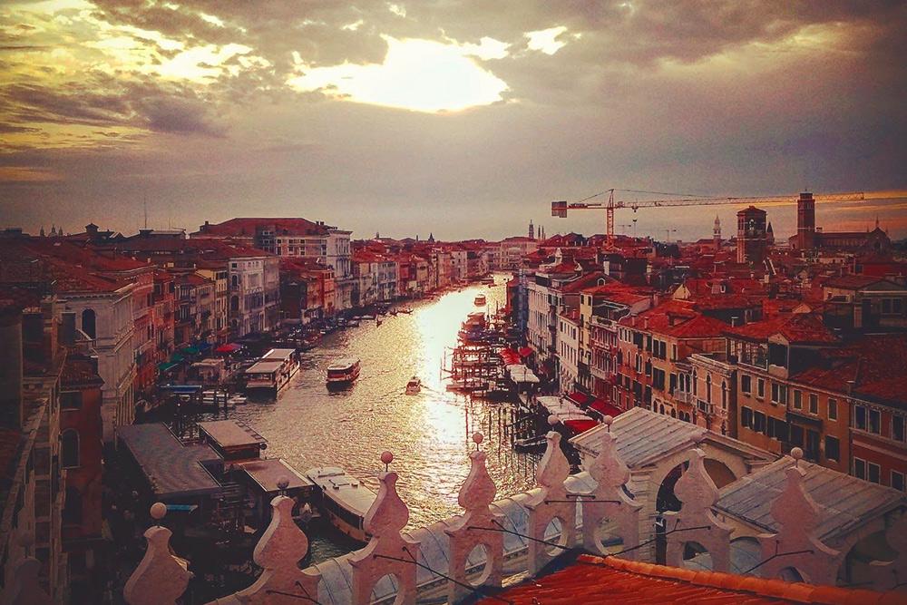 С обзорной площадки Фондако-деи-Тедески открывается вид на весь центр Венеции. В период карнавала она открыта каждый день с 10:15 до 19:15