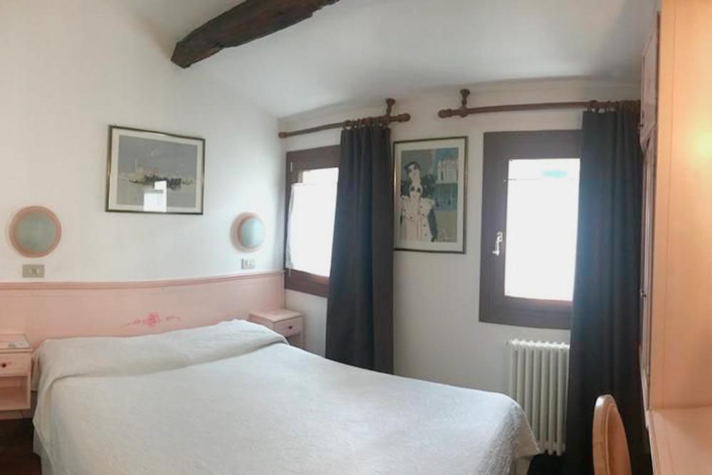 Комнаты в венецианских отелях небольшие, но чистые. Ночь в таком номере стоит от 120€. Фото: «Букинг»