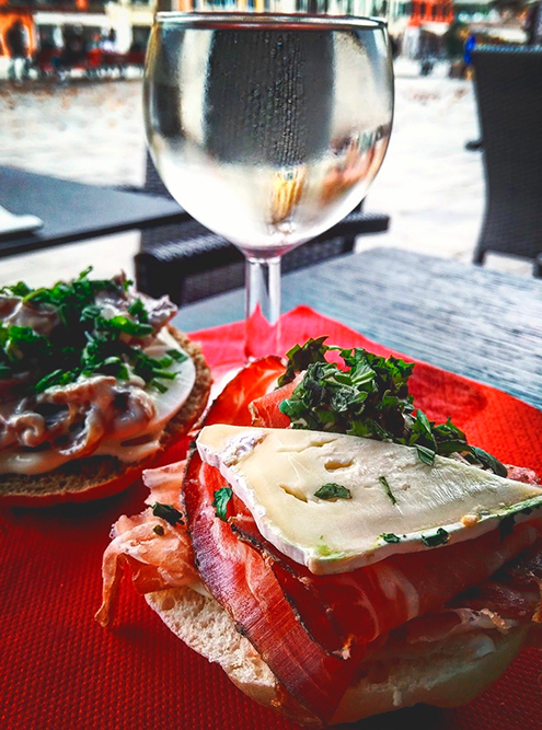 Из местных гастрономических привычек мне больше всего нравятся чикетти — маленькие бутербродики к вину, которые каждый бар готовит по-своему