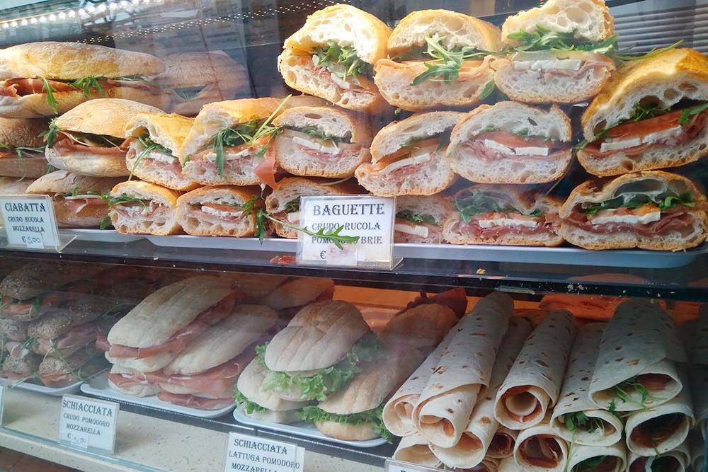 Сэндвичи-панини с ветчиной, сыром и зеленью, которые продаются в барах за 3—5€