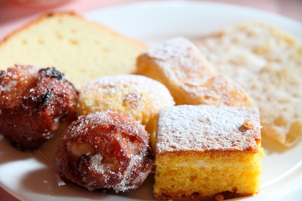 Фрителле можно приготовить и дома из муки, сахара, яиц, дрожжей и молока. Фото: Ana del Castillo / Shutterstock