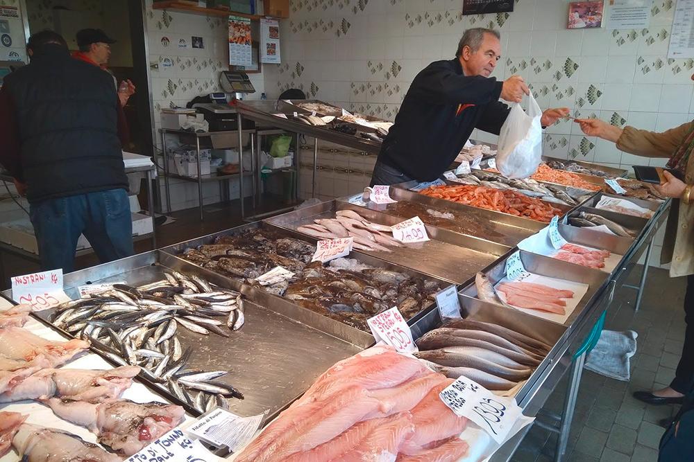 Рыбный рынок на острове Джудекка. Остановка водного автобуса называется «Джудекка Паланка»