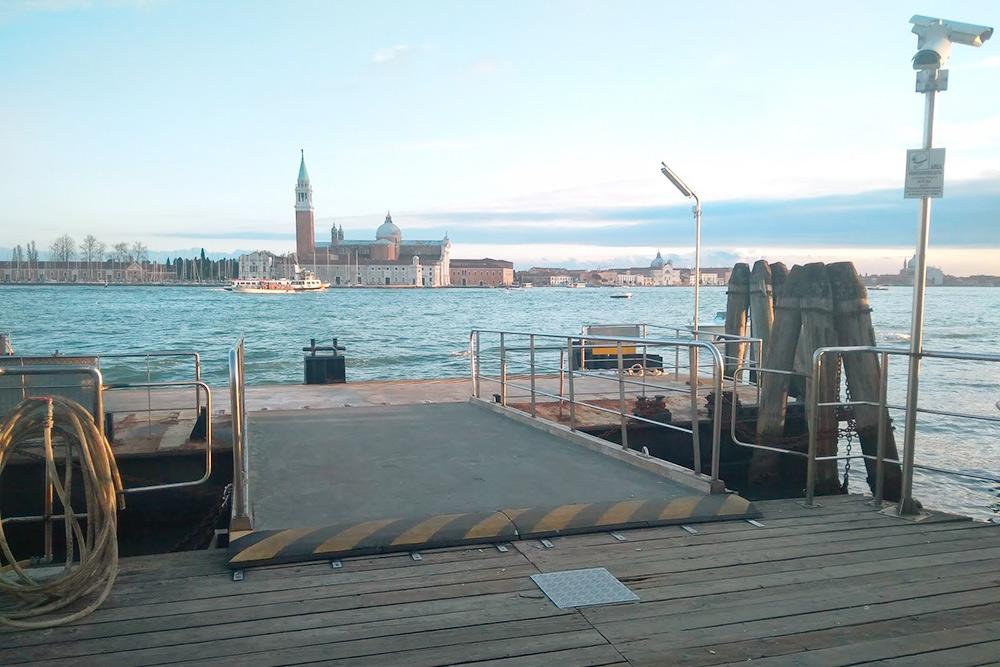 В Венеции вместо автобусных остановок — плавучие причалы, к которым пришвартовываются вапоретто