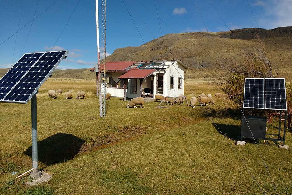 В этом месте на перевале Пасо-Робайос расположена чилийская таможня. Расслабленная обстановка, пасутся овцы. Пересечение границы Аргентины и Чили не вызывает стресса