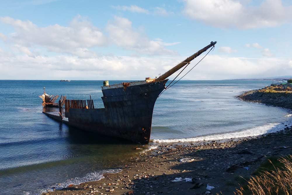 Останки корабля на берегу в Пунта-Аренасе