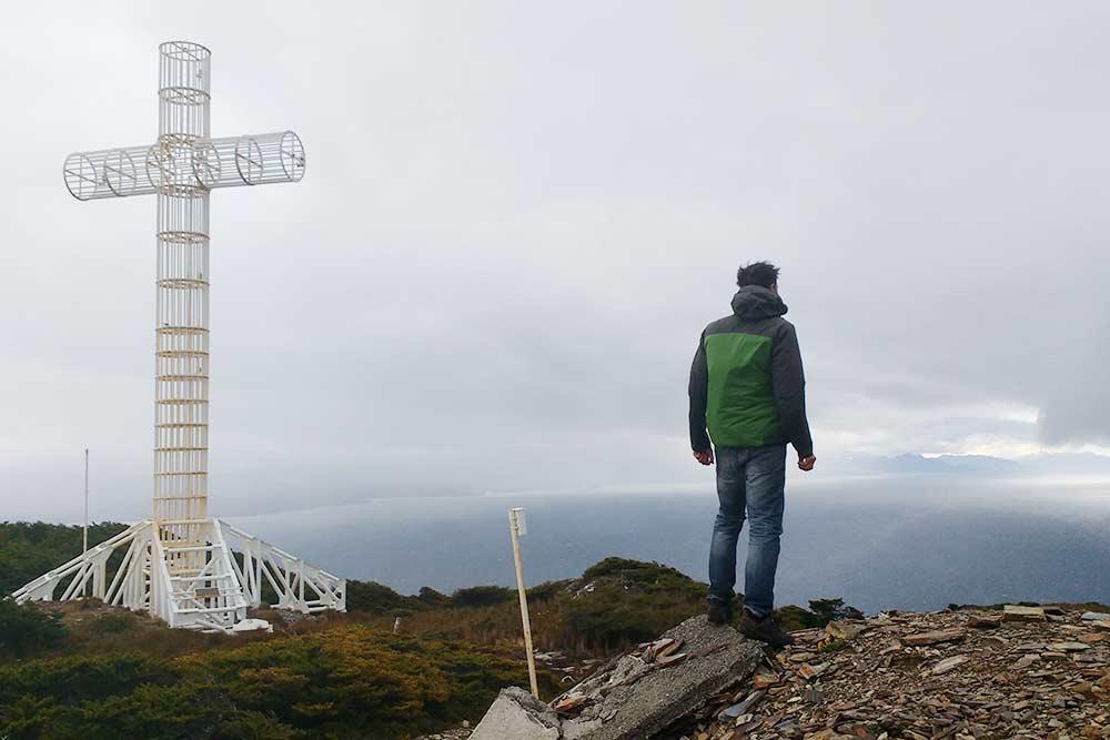 Мыс Фроуард — самая южная точка континента, она отмечена огромным металлическим крестом на вершине горы. Отсюда открывается вид на пролив Магеллана и близлежащие фьорды. Ветер дует очень сильный, и батарейка на телефоне здесь сразу разрядилась