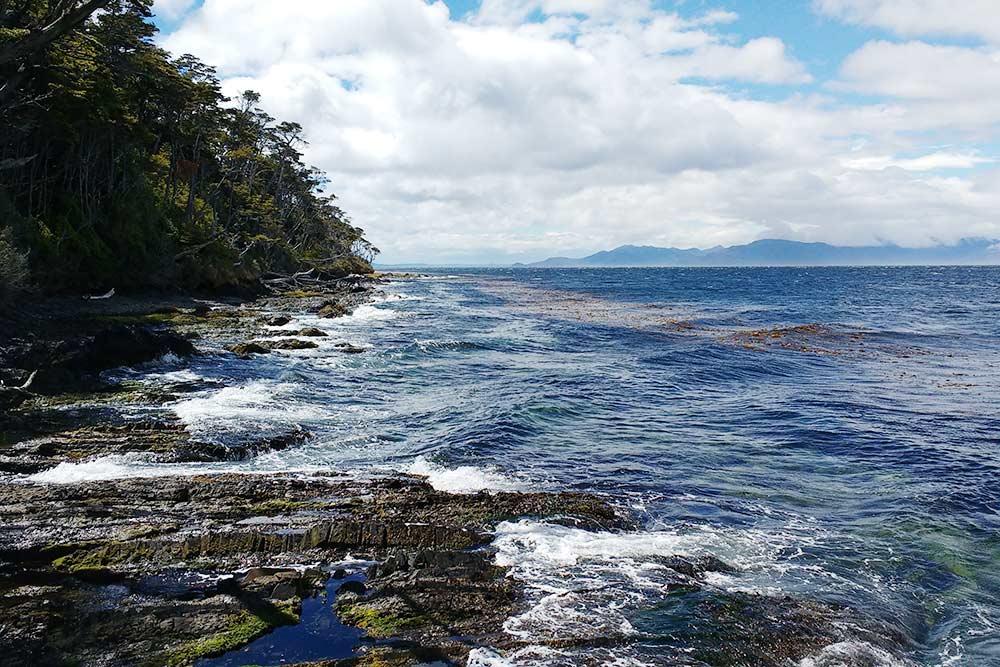По пути на мыс. Идти приходится часто по каменистому дну, при этом важно тщательно следить за приливами, чтобы море не съело тропу
