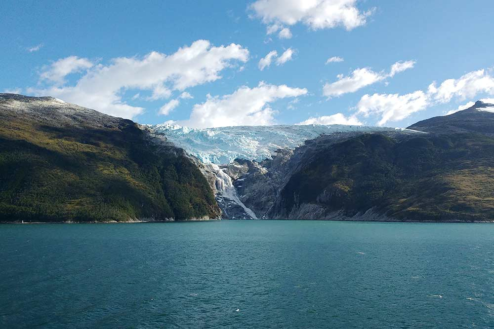Пример вентискуэро — водопад выходит прямо из ледника