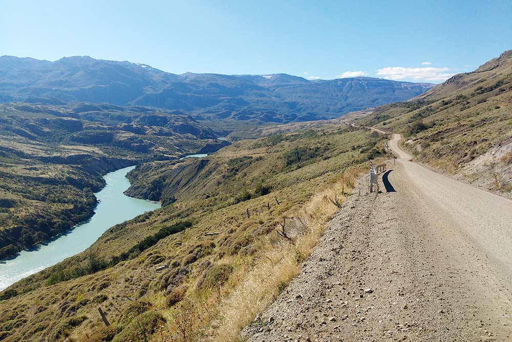 Та самая трасса Аустраль, которая пересекает всю северную часть чилийской Патагонии. Сюда еще туристическая инфраструктура не дошла, и дорога имеет только грунтовое основание, но ее постепенно улучшают